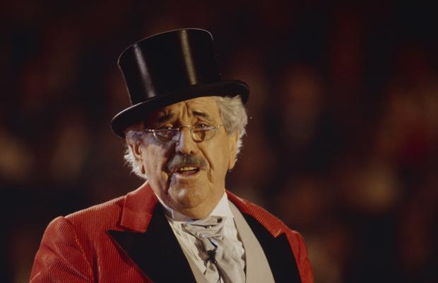 Der deutsche Theaterschauspieler Willy Millowitsch moderiert Stars in der Manege im Münchner Kronebau.