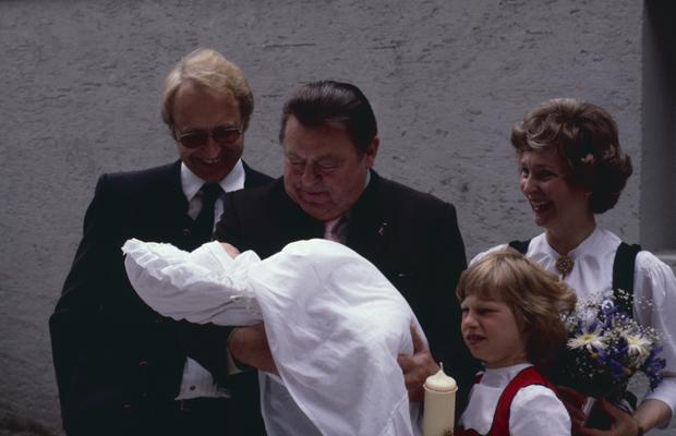 Der CSU-Generalsekretär Edmund Stoiber, der bayerische Ministerpräsident Franz Josef Strauß, Karin und Constanze Stoiber auf der Taufe von Dominic Stoiber. Strauß ist der Patenonkel.