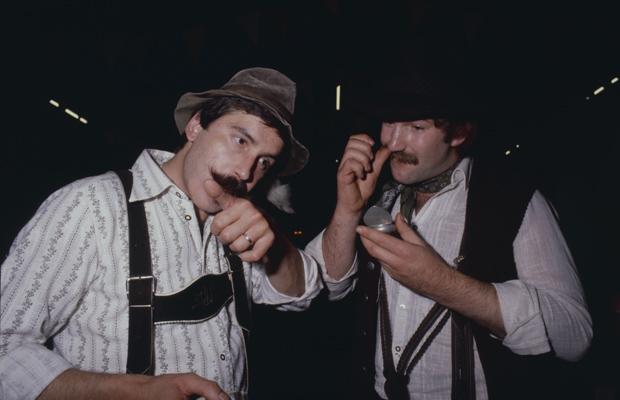 Männer beim Tabak schnupfen in Nandlstadt. Dort findet die 2. Weltmeisterschaft im Schnupfen statt.