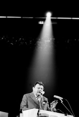 DEUTSCHLAND, DORTMUND, 14.09.1980 Franz Josef STRAUSS, (CSU), bayerischer Ministerpräsident, CSU-Vorsitzender und Kanzlerkandidat steht bei einer Rede im Scheinwerferlicht, während des Bundestagswahlkampfes der CDU - CSU 1980 in Dortmund. Franz-Josef Strauss