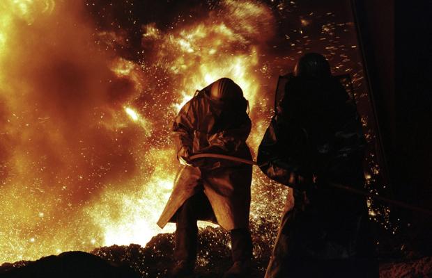 DEUTSCHLAND, SALZGITTER, 06.02.1997, Preussag Stahl AG in Salzgitter. U.B.z. Hochofenabstich, Stahlarbeiter helfen mit der Sauerstofflanze nach bei der Preussag Stahl AG in Salzgitter.