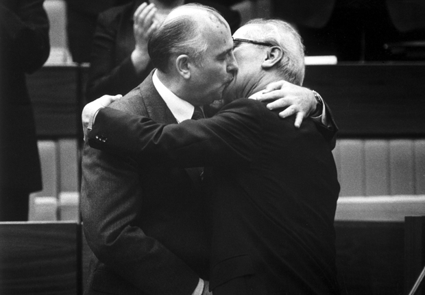 DEUTSCHLAND, OST BERLIN, 17.04.1986, Michail S. GORBATSCHOW und Erich HONECKER, bei Bruderkuss, auf dem SED-Parteitag.