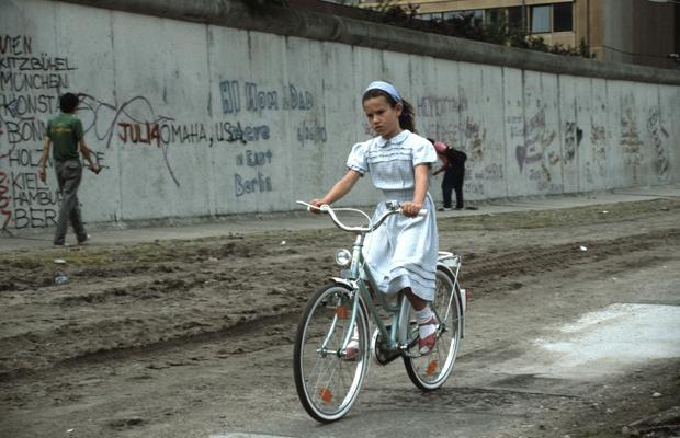 DEUTSCHLAND, BERLIN, 03.05.1991, Mädchen mit Fahrrad auf dem ehemaligen Todestreifen ( Zone zwischen den beiden Teilen der Berliner Mauer).