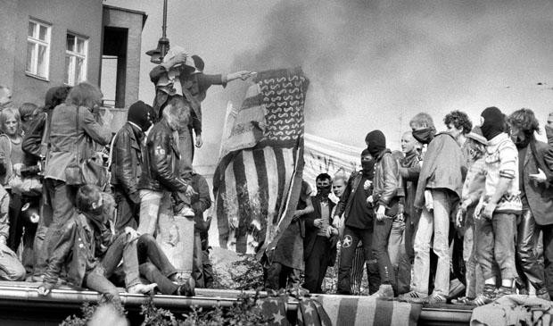 Berlin / Anti-Raketen-Demos / 13.9.1981 Demo waehrend des Besuchs des amerikanischen Verteidigungs-Ministers Haig in Berlin. Fuer die Linke ist Haig ein Kriegstreiber. Nach der Demonstration kommt es am Winterfeldtplatz zu Krawallen mit brennenden Barrikaden und vielen Verletzten. Hier verbrennen Demonstranten an der Winterfeldtstrasse eine amerikane Fahne // Amerika / Ruestung / Friedensbewegung / Alliierte
