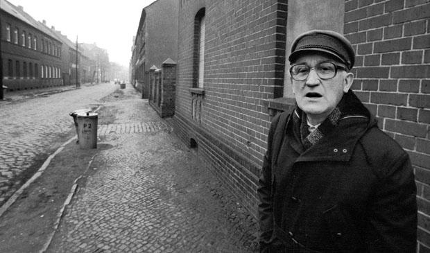Sachsen-Anhalt / DDR-Land / Wirtschaft / Dez. 1989 Bitterfeld, Arbeiterviertel am Bahngelaende des Braunkohlen-Kombinats. Puschkinstrasse // Altstadt / Bundeslaender // Menschen /