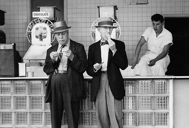 Zwei ältere Männer stehen vor einer Eisdiele in New York und verspeisen ihr Eis