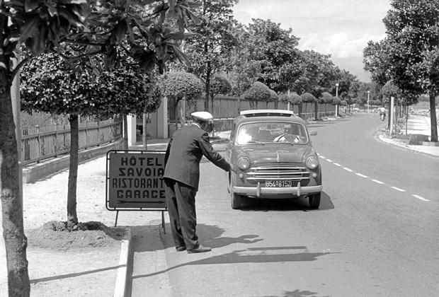 Ein Autofahrer in seinem Fiat in der Gegend des Gardasees.