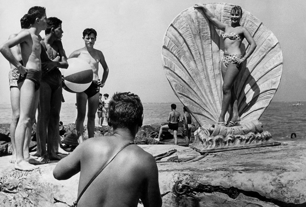 Frau posiert im Bikini am Strand von Viareggio.