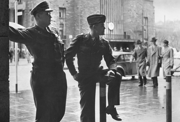 Zwei Soldaten der US-Armee in ihrer Freizeit in Stuttgart.