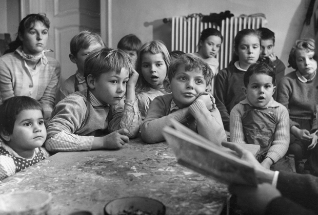 Zu einer Vorlesestunde haben sich viele Kinder unterschiedlichen Alters in der Internationalen Jugendbibliothek eingefunden. Gespannt folgenden sie dem Lesevortrag.