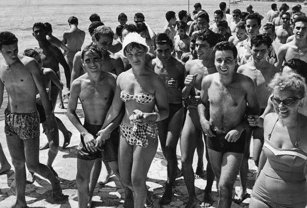Am Strand der Adria flirten Papagalli mit ausländischen Touristinnen.