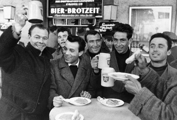 Italienische Gastarbeiter an einer Imbissbude in München.