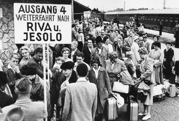 Deutsche Touristen auf dem Bahnhof von Ruhpolding, die von dort aus weiter nach Italien reisen. Urhebervermerk: Max Scheler/SZ Photo.