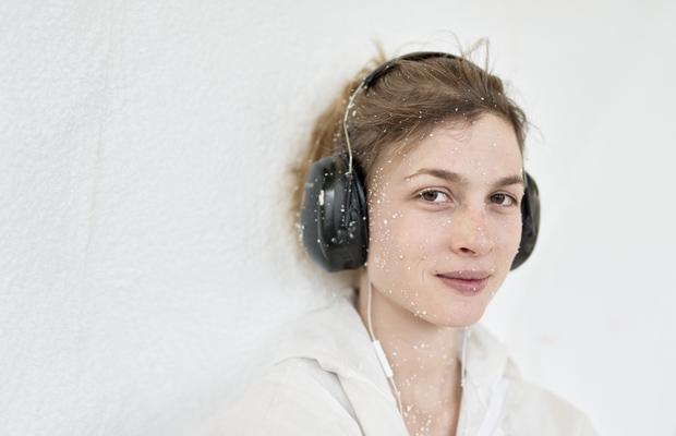 Veronika Hecht, Holzbildhauerin beim Ausarbeiten des Goldenen Kalbs.