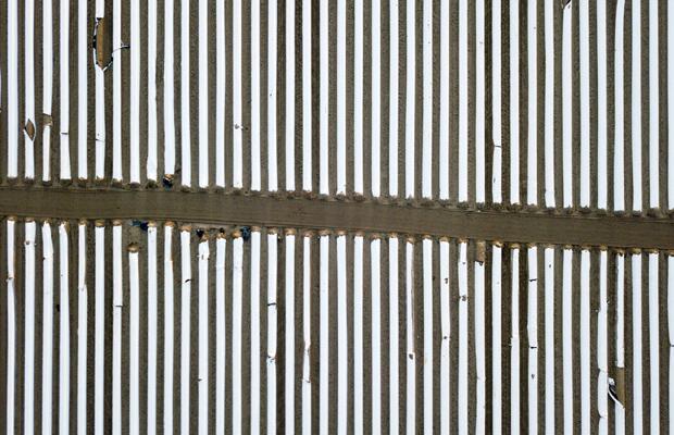 Zahlreiche Spargelfelder sind entlang der Spargelstraße bei Beelitz. Durch die Schutzmassnahmen gegen das Coronavirus ist es schwierig für die Landwirte Erntehelfer zu finden. Ausländische Arbeiter dürfen nicht oder nur unter komplizierten Auflagen einreisen.