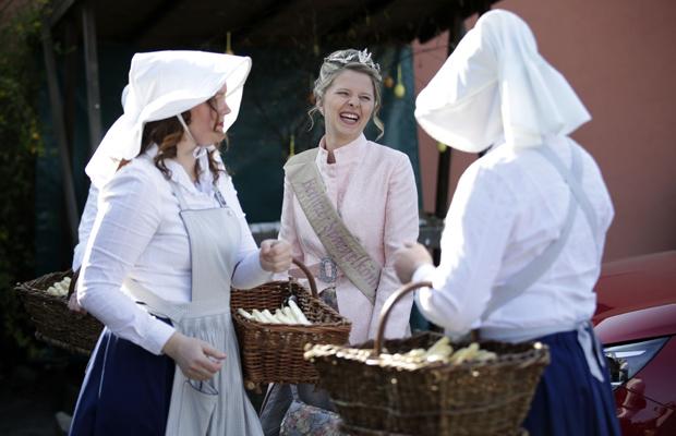 Spargelkönigin Gina Luise Schrey und die Spargelfrauen beim traditionellen Beginn der Spargelsaison 2020 im Beelitzer Ortsteil Schäpe