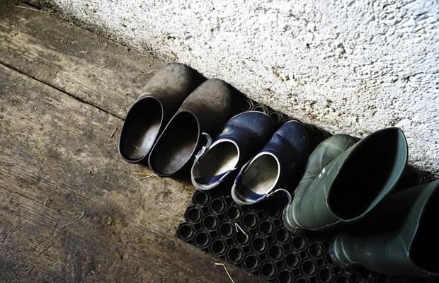 Schuhe auf der von Sennerin Anna Fauth betreuten Bucheralm bei Kreuth im Wald.