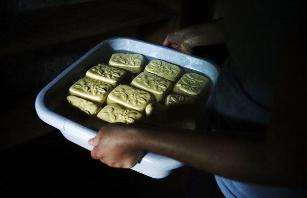 Gefäß mit frischer Butter auf der Bucheralm bei Kreuth.