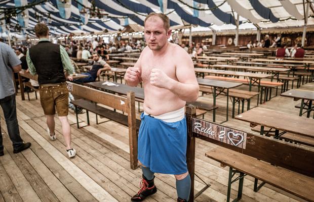 Boxer Jaroslav Fabric bei einer Boxveranstaltung auf der Simbacher Pfingstdult