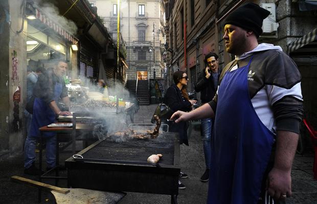 abend auf Palermos Vucciria Markt, Angelo und seine Brüder legen auf den Grillm was die Hungrigen so essen.