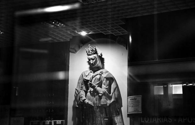 Portugal, Februar 2020. Das Schaufenster eines Ladengeschäfts in der Altstadt von Porto.