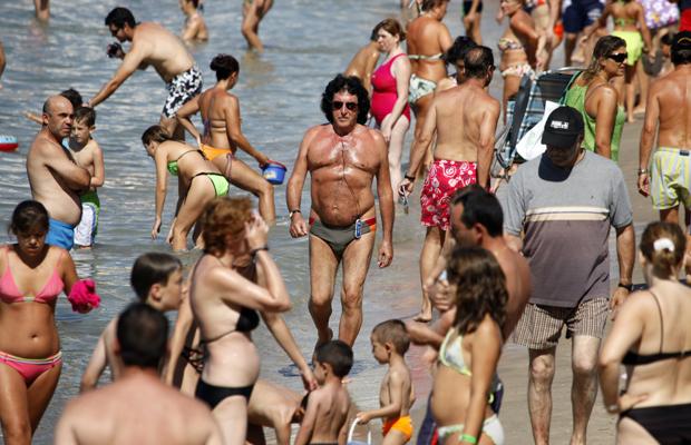 Benidorm, ESP, 26.08.09 - Ein Maedchen schwimmt im Pool eines Hotels.