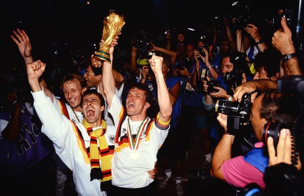 Fussball Weltmeisterschaft Italien 1990 Finale in Rom 08.07.1990 Deutschland - Argentinien 1:0 Schlussjubel Deutschland mit WM Pokal; Torschuetze zum 1-0 Andreas Brehme, Pierre Littbarski und Lothar Matthaeus (v.li.)