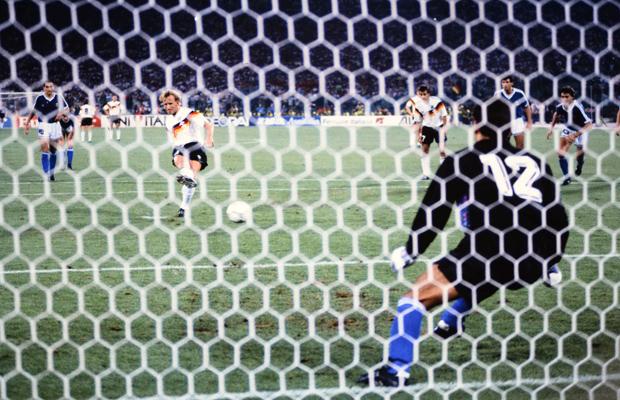 Fußball-Weltmeisterschaft Italia 1990, 08.07.1990 Finale Deutschland - Argentinien 1:0 Guido BUCHWALD (li, Deutschland) gegen , Diego MARADONA (Mitte, Argentinien) beobachtet von Juergen KOHLER (re, Deutschland)