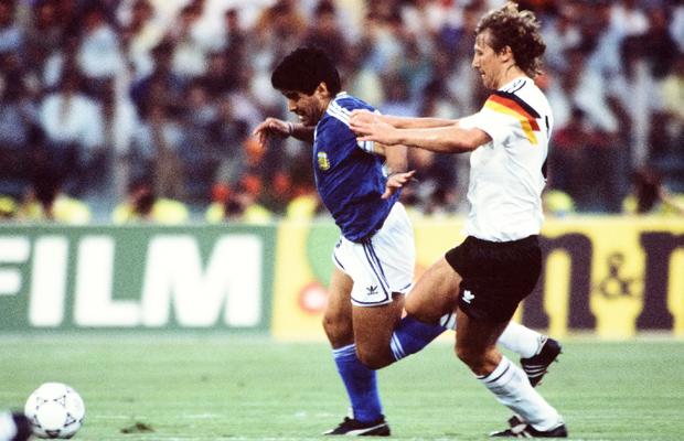 Fussball Weltmeisterschaft Italien 1990 Finale in Rom 08.07.1990 Deutschland - Argentinien 1:0 Diego MARADONA (li, Argentinien) gegen Guido BUCHWALD (li, Deutschland)
