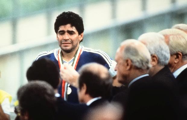 Fussball Weltmeisterschaft Italien 1990 Finale in Rom 08.07.1990 Deutschland - Argentinien 1:0 Enttaeuschung Argentinien; Diego Maradona nach der Siegerehrung