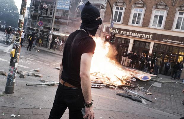 Ein Demonstrant hält Ausschau nach Polizei.