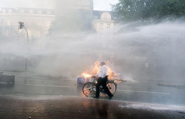 Ein Demonstrant überquert eine Straße im Schanzenviertel.