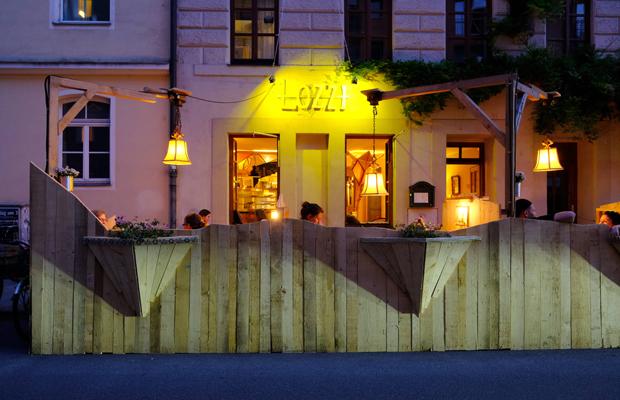 Ausgehen in Zeiten der Corona-Krise: Gäste sitzen auf der pop-up Straßen-Freischankfläche vor dem Lokal Lozzi in der Pestalozzistraße im Glockenbachviertel.