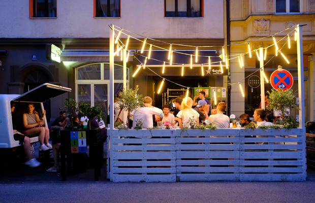Ausgehen in Zeiten der Corona-Krise: Gäste sitzen auf der pop-up Straßen-Freischankfläche vor einem Lokal in der Thalkirchnerstraße.