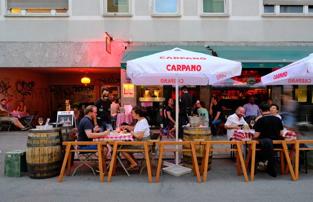 Ausgehen in Zeiten der Corona-Krise: Gäste sitzen auf der pop-up Straßen-Freischankfläche vor einem Lokal in der Pestalozzistraße im Glockenbachviertel.