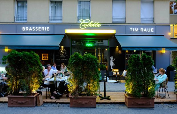 Ausgehen in Zeiten der Corona-Krise: Gäste sitzen auf der pop-up Straßen-Freischankfläche vor dem Lokal Brasserie Colette in der Klenzestraße im Glockenbachviertel.