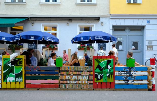 Ausgehen in Zeiten der Corona-Krise: Gäste sitzen auf der pop-up Straßen-Freischankfläche vor dem Lokal Cooperativa in der Jahnstraße im Glockenbachviertel.