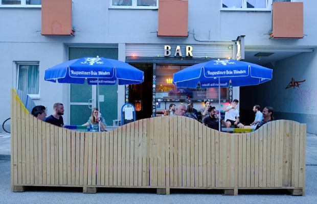 Ausgehen in Zeiten der Corona-Krise: Gäste sitzen auf der pop-up Straßen-Freischankfläche vor der Maroto Bar in der Westermühlstraße im Glockenbachviertel.