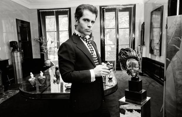 Karl Lagerfeld in seiner Wohnung in Paris mit seiner weltberühmten Sammlung von Art Deco Möbeln. Urhebervermerk: Max Scheler/SZ Photo. In diesem Jahr wurde er für seine Deco-Kollektion mit Schwarz-Weiß-Drucken gefeiert.