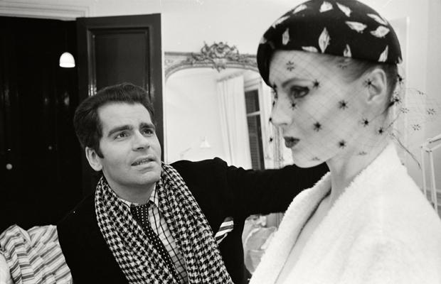 Karl Lagerfeld passt einen Hut an seinem Model Eija an. Urhebervermerk: Max Scheler/SZ Photo. In diesem Jahr wurde er für seine Deco-Kollektion mit Schwarz-Weiß-Drucken gefeiert.