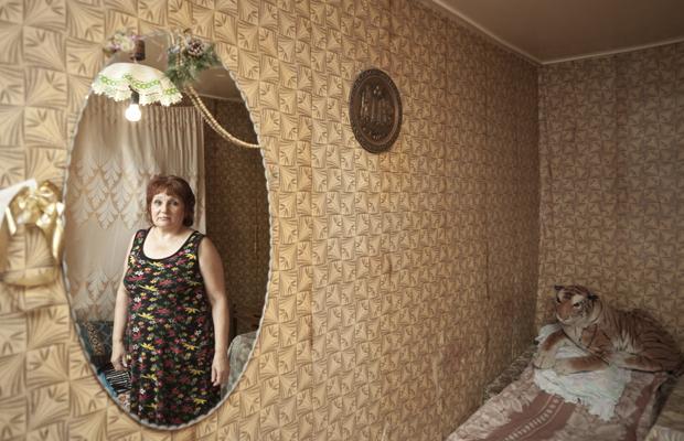 Russin in ihrem, vor dem Abriss stehenden Wohnraum. Baku, Herbst 2008