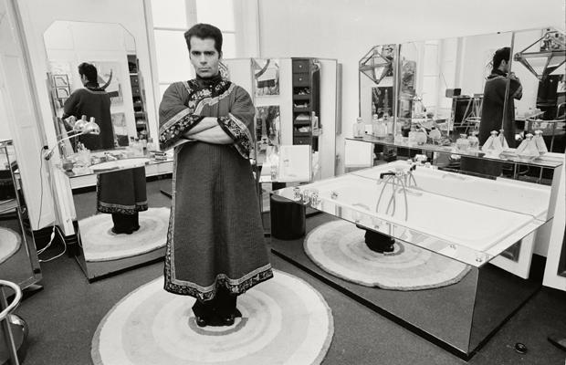 Karl Lagerfeld trägt Tracht und posiert in der Art-Deco Damentoilette von Maison Chloe . Urhebervermerk: Max Scheler/SZ Photo. In diesem Jahr wurde er für seine Deco-Kollektion mit Schwarz-Weiß-Drucken gefeiert.