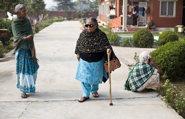 Zwei indische Frauen unterhalten sich beim gehen im Ma Dham Ashram in Vrindavan, Indien, am 9. Dezember 2011.