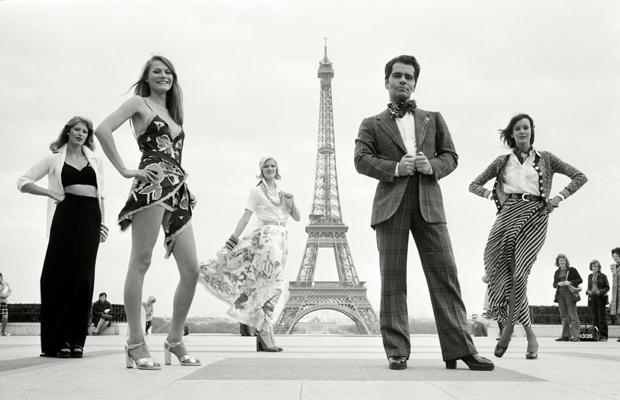 Der gefeierte Modedesigner Karl Lagerfeld mit Models auf der Esplanade du Trocadero in Paris. Urhebervermerk: Max Scheler/SZ Photo. In diesem Jahr wurde er für seine Deco-Kollektion mit Schwarz-Weiß-Drucken gefeiert.