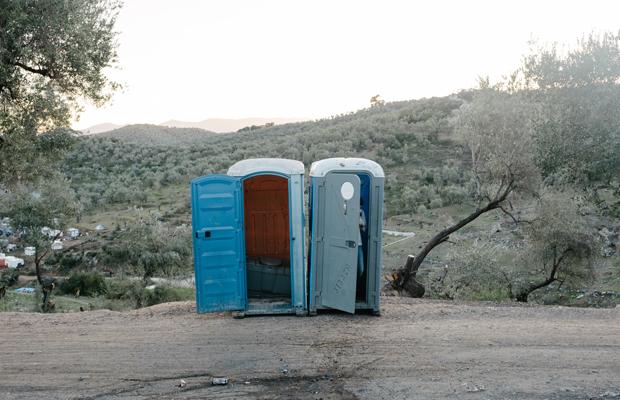 Provisorische Toilette am Rand von wilden Hüttencamp. - Moria ist das größte Lager für Geflüchtete in Europa. Auf der griechischen Ägäisinsel Lesbos wurde ein so genannter Hotspot eingerichtet, an dem Asylverfahren bearbeitet und entschieden werden sollen. Nach und nach wird das Camp immer voller und mittlerweile hat sich ein wildes Areal mit kleinen Hütten aus Palletten und Plane gebildet. Zehntausende wohnen und warten hier. Es gibt nur unregelmässig fliessendes Wasser. Schwere Krankheiten gehen um. Im Februar 2020 ist die Lage besonders prekär.