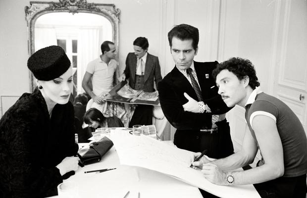 Modedesigner Karl Lagerfeld, Art Director Antonio Lopez (rechts), Muse Eija mit Pagenläppi (links) und Liebhaber Jacques de Bascher (Hintergrund rechts)bei Maison Chloe in Paris. Urhebervermerk: Max Scheler/SZ Photo. In diesem Jahr wurde er für seine Deco-Kollektion mit Schwarz-Weiß-Drucken gefeiert.