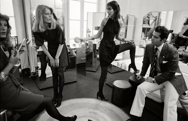 Modedesigner Karl Lagerfeld mit seinen Modellen in der Damentoilette im Maison Chloe in Paris. Urhebervermerk: Max Scheler/SZ Photo. In diesem Jahr wurde er für seine Deco-Kollektion mit Schwarz-Weiß-Drucken gefeiert.