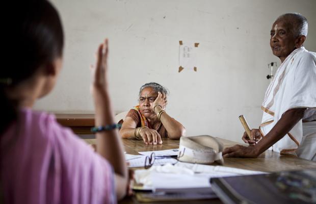 Indische Witwen hören der Krankenschwester zu während eines Arztbesuchs im Ma Dham ashram in Vrindavan, Indien, am 11. Juni 2013.