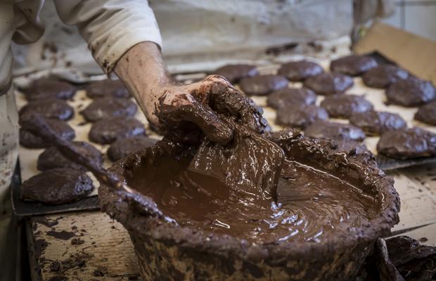 Schokolade wird für die Glasur der Lebkuchen angerührt.