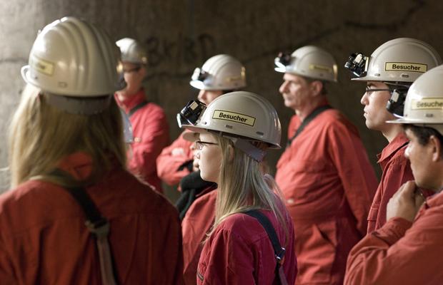 DEUTSCHLAND, GORLEBEN, 30.01.2014 Die Salzstollen des Erkundungsbergwerkes Gorleben in ca. 850m Tiefe. Besuchergruppe unter Tage.